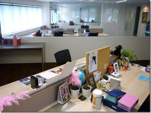 Big-glass-panels-between-the-rooms-give-the-office-plenty-of-space-and-an-open-friendly-feel_thu
